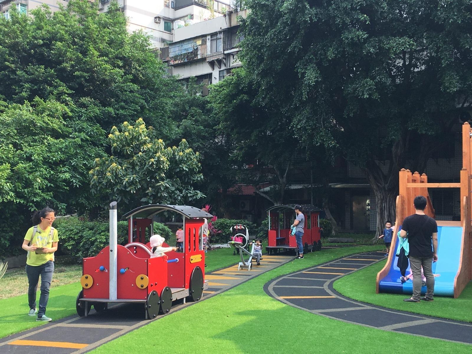 北投多個公園採用特色共融式遊具,圖為長安公園在地的北投車站復舊歸鄉計畫,打造小型版的車站遊戲場。圖/台北市工務局公園路燈工程管理處提供