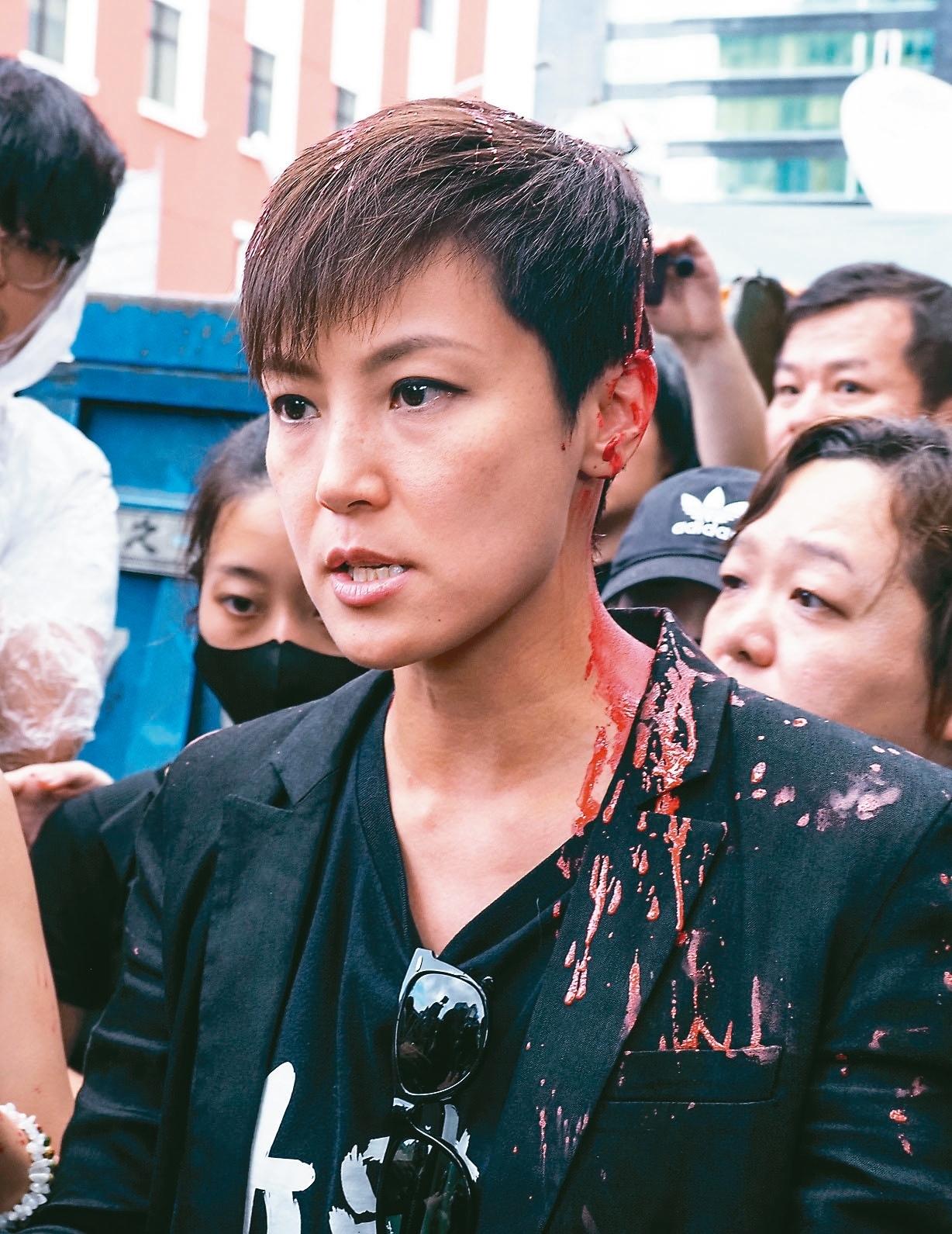 在台港生等團體昨舉辦「九二九台港大遊行」,香港藝人何韻詩在接受訪問時,突然被潑紅漆。 記者陳柏亨/攝影