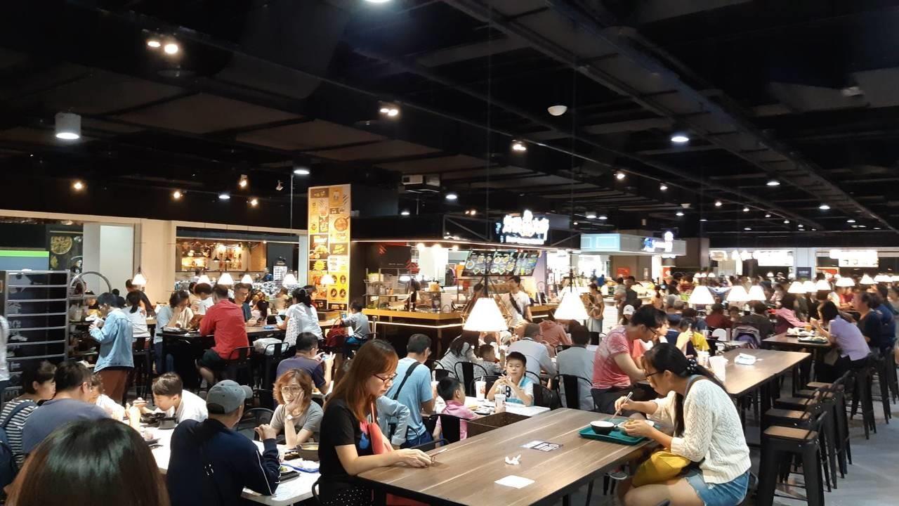 北北基今颱風假,趁著風雨未至前,量販賣場接近中午起湧現人潮。記者何雅玲/攝