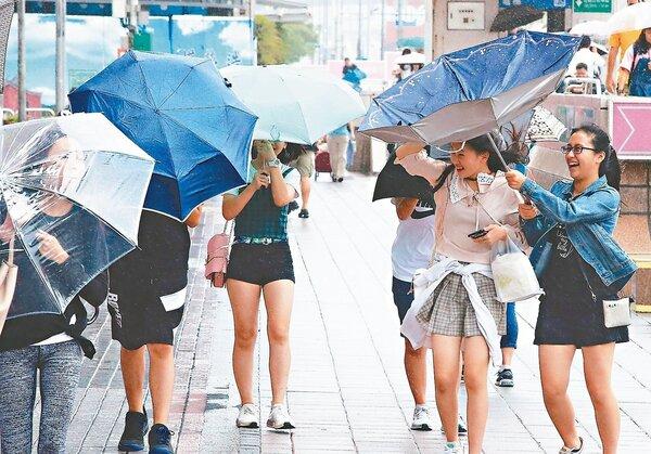 有網友趁著颱風熱潮在PTT發問「最難放颱風假的縣市是?」。圖/聯合報系資料照片