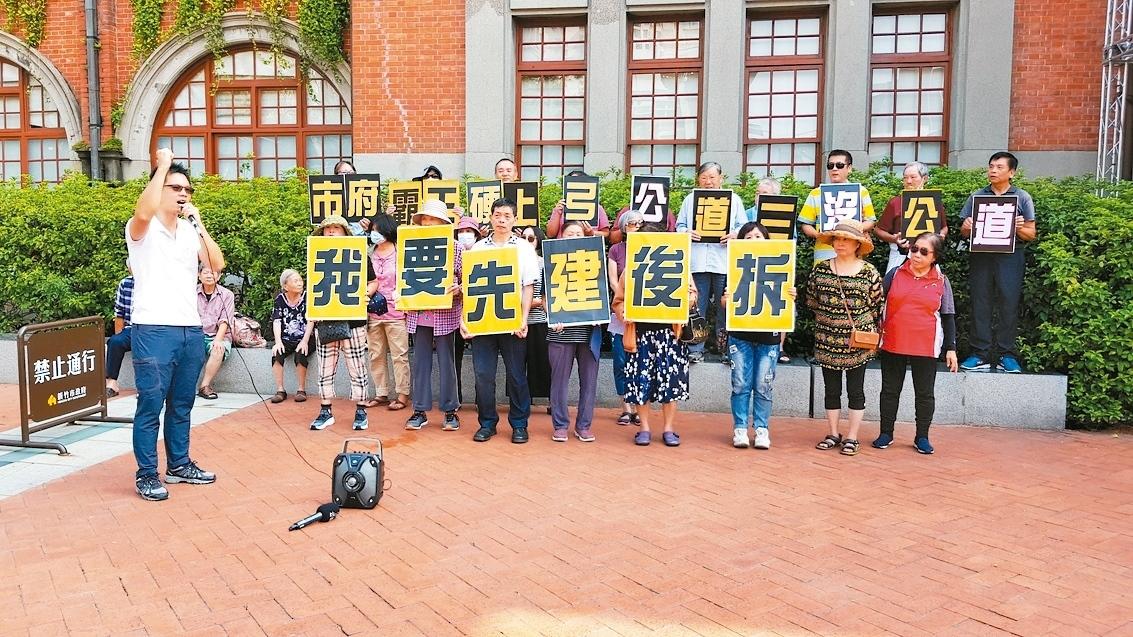 新竹市議員林彥甫(左)昨陪同20餘名公道三拆遷戶到市府前陳情,訴請先建後拆。圖/ 記者黃瑞典攝影