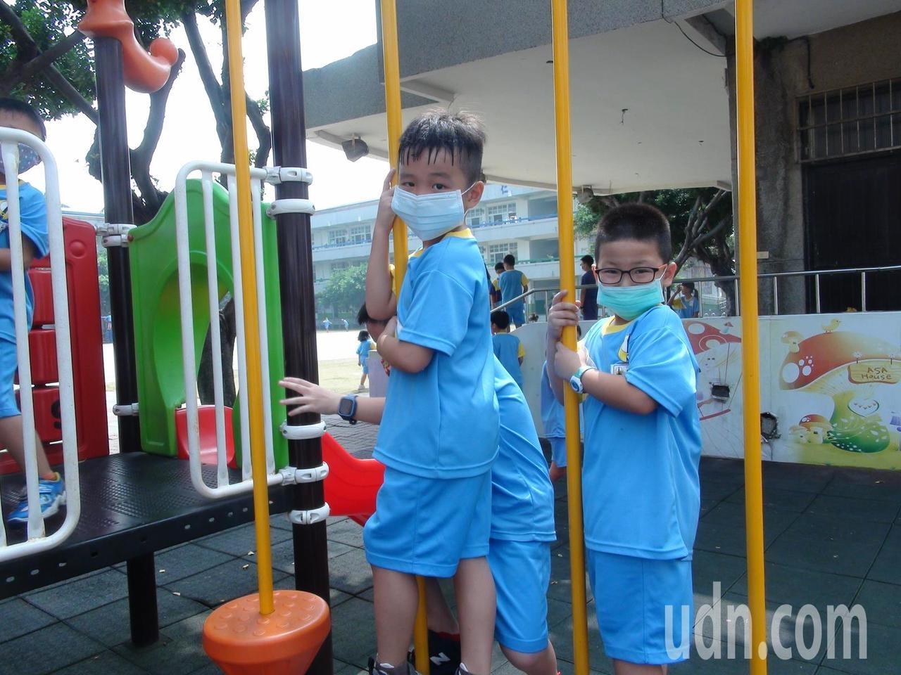台中市今天空品差,梧棲中正國小學童下課到戶外玩紛紛戴上口罩。記者余采瀅/攝影