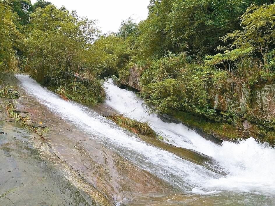 暖東峽谷的瀑布水流順著傾斜的岩壁往下流,稱為「滑瀑」。 記者邱瑞杰/攝影