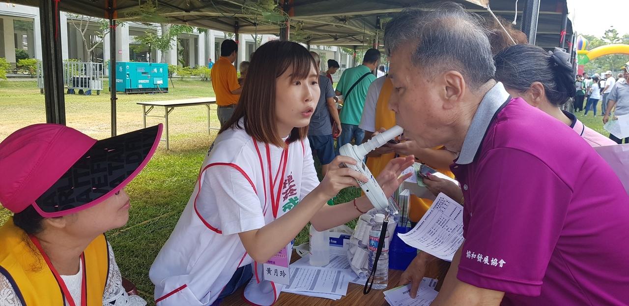 國際扶輪社與奇美醫院今天一起舉辦搶救記憶活動,圖為民眾在場做肺功能檢測。記者修瑞瑩/攝影