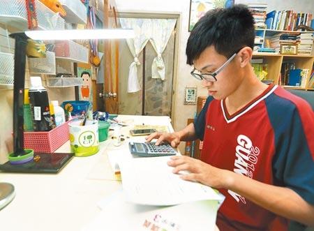 108課綱數學領域提到「培養學生使用工具的素養」,有高中數學老師擬發起連署,建請學測數學科開放學生使用計算機應試。圖/陳怡誠攝