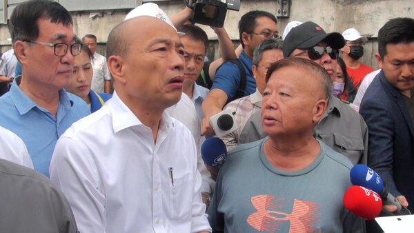 高雄市政府開拆前,地主出面向市長韓國瑜(前左)陳情,希望開拆時不傷及鋼骨。 記者王昭月/攝影