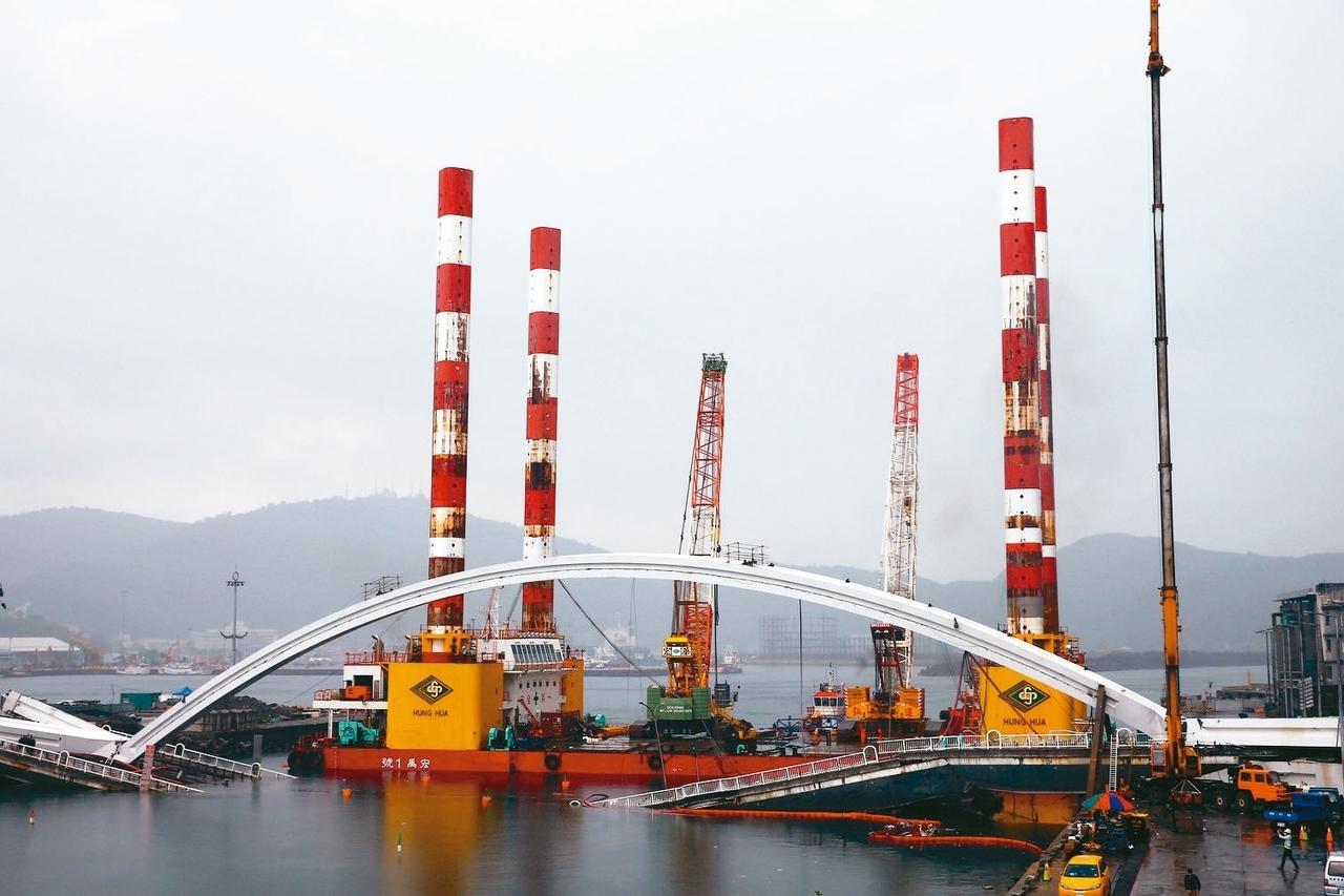 全國最大、萬噸級的海上作業平台船宏禹一號,上午靠近南方澳大橋邊就定位,但被大雨打亂作業行程。 記者杜建重/攝影
