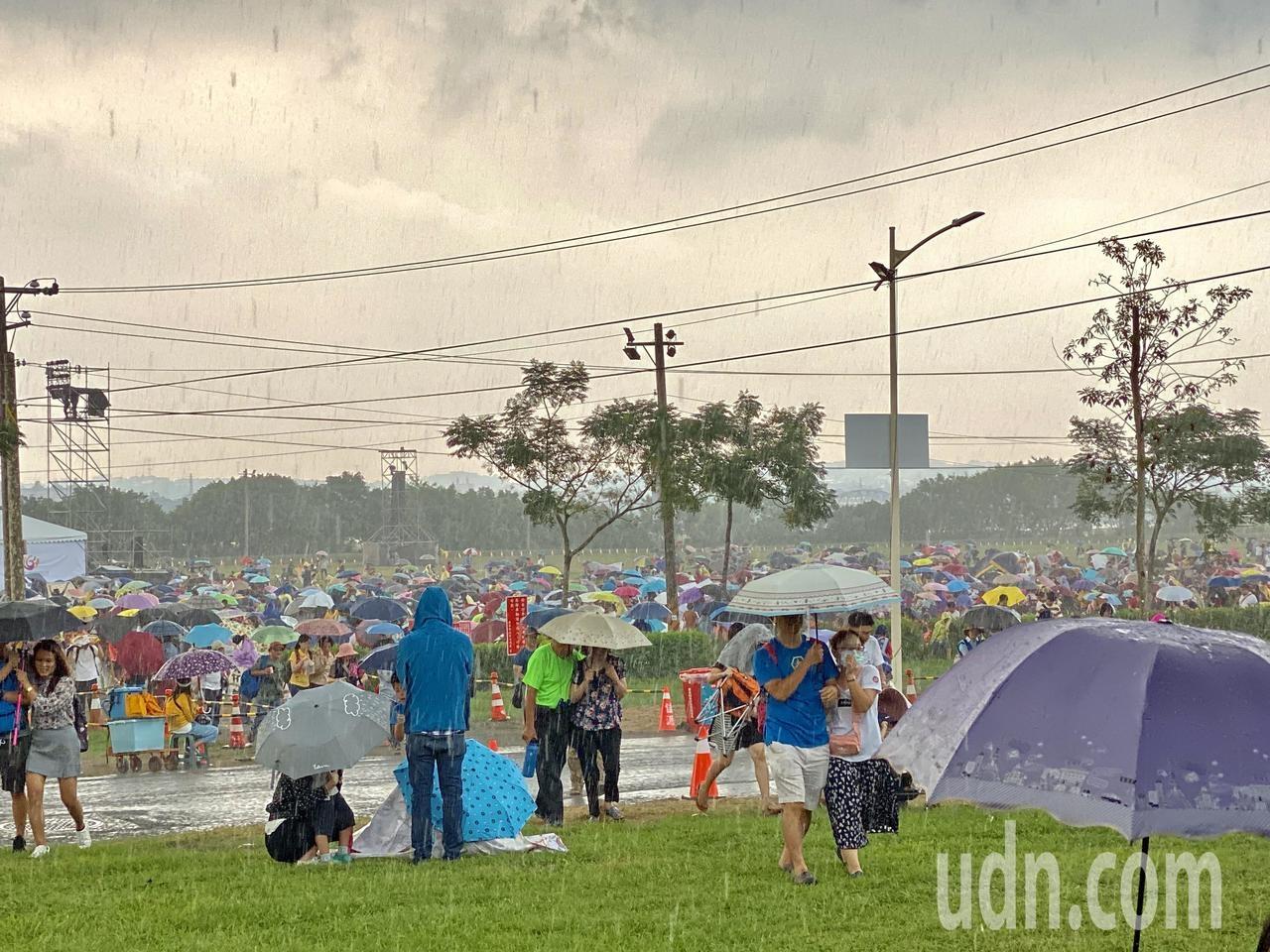 國慶煙火會場下大雨。