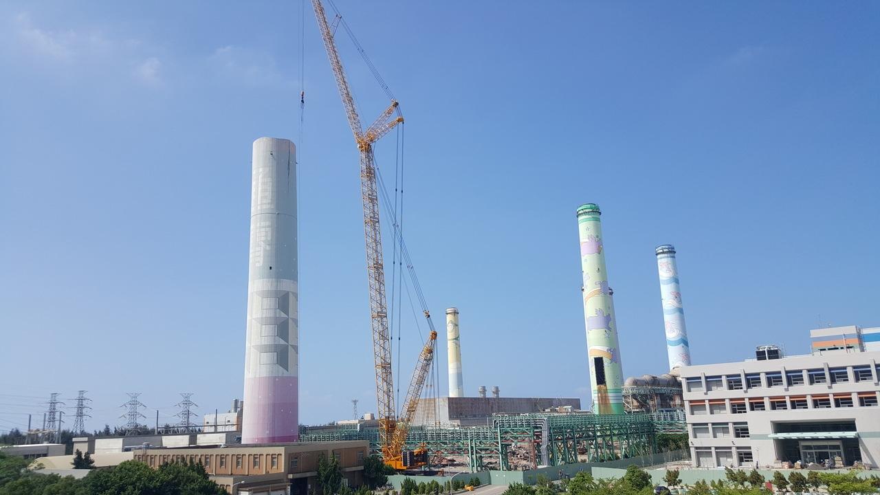 通霄火力發電廠1、2、3號舊機組的大煙囪已展開拆除作業,第一支「歡迎蒞臨通霄」已拆除1/3,採切割吊運方式,未來2、3號煙囪將以拉倒方式施工。記者胡蓬生/攝影