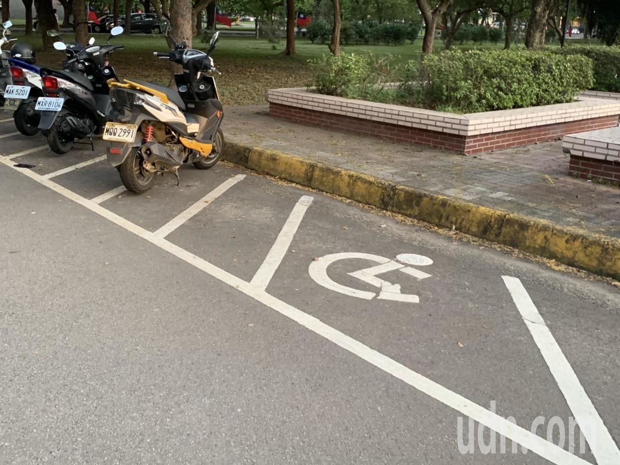新竹縣的身障人口達2萬多人,據縣府統計,公有的無障礙機車停車格卻只有12個。圖/記者陳斯穎攝影