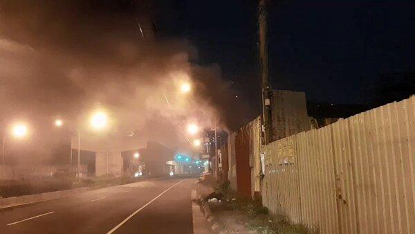高雄市環保局查獲非法露天燃燒廢棄物行為,產生濃煙及刺鼻味道,以違反空汙法告發。圖/高雄市環保局提供