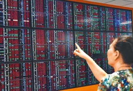 川習會達成重啟陸美貿易磋商共識,台北股市1日開高走高,大漲164.63點,以10895.46點作收。(顏謙隆攝)