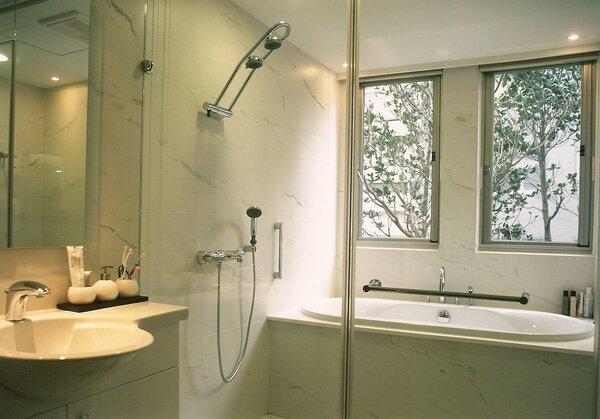 台灣浴廁設計,都是等建案蓋好後,室內設計師再針對各家廁所空間做設計,做好防水、貼磚,再把衛浴設備放上去。(圖/翔翰室設設計師盧淑媛提供)