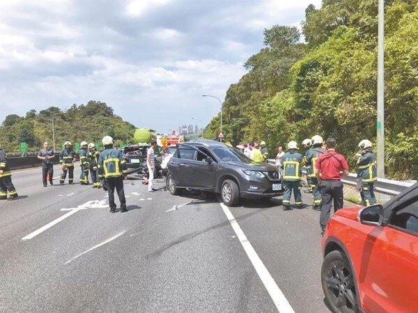 國道3號預拌水泥車失控撞上休旅車,造成1死4傷車禍。(陳鴻偉翻攝)