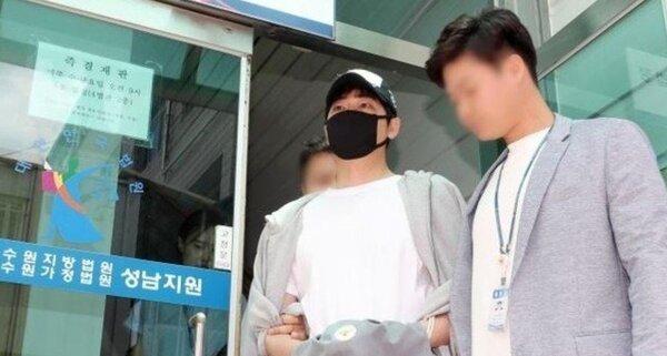 演出多齣韓劇男主角的男星姜至奐,9日驚傳於自宅性侵2名女性,引起嘩然。據韓媒報導,因警方擔心可能滅證,所以已申請逮捕令。而受害女子則在調查時道出為何當事是以「傳訊息給友人」的方式求救。