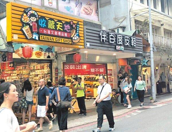 台北市觀光熱點永康商圈招牌近期悄悄更新,汰換成平面、透風形式,兼顧安全與美觀。(吳堂靖攝)