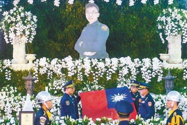 圖為李承翰公祭現場,靈柩上覆蓋國旗與警旗。 聯合報系資料照片/記者黃仲裕攝影