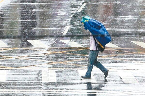 雙北昨天下起大雷雨,氣象局提醒民眾今仍需注意瞬間大雨、雷擊、強陣風。 記者葉信菉/攝影