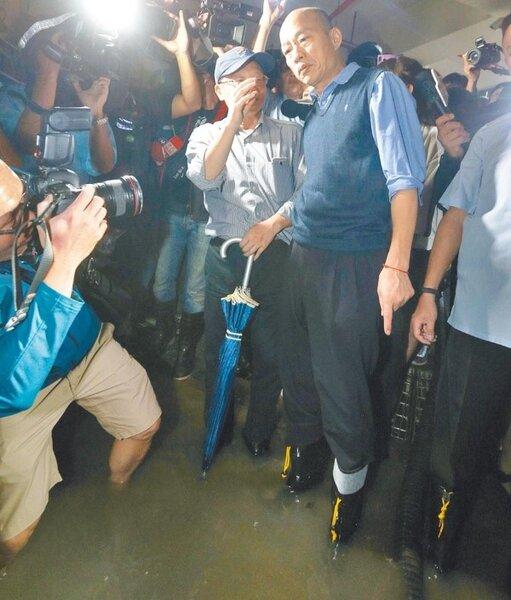 高雄719豪雨比去年823水災下得又急又大,苓雅區大樓地下室遭大水淹進,市長韓國瑜昨親自到場勘災,穿著雨鞋走進地下室涉水了解淹水程度、汽機車災損情況。(劉宥廷攝)