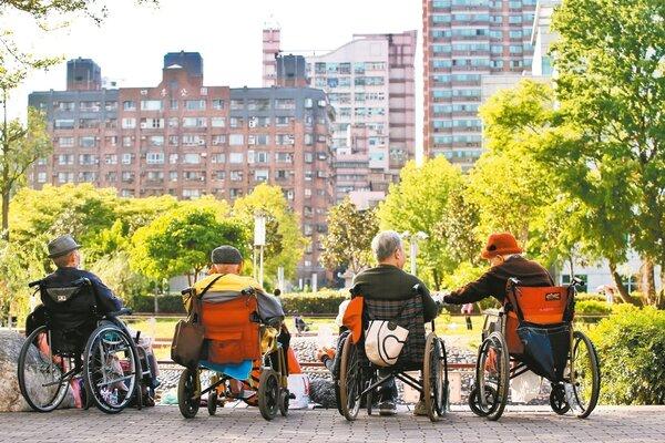 隨著國人平均壽命增加,以房養老或出售不動產轉為老年安養費用的案例越來越多,但出售時要留意相關稅制,以免增加負擔。 圖/聯合報系資料照片