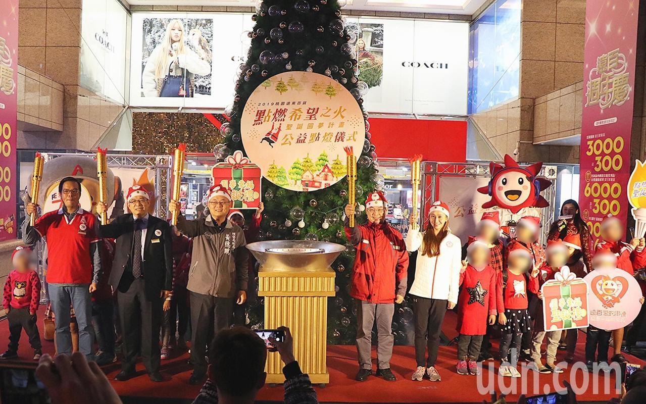 桃園火車站前的遠東百貨迎接歡樂耶誕節,今年在站前打造7公尺高巨型耶誕樹,今晚以點燃希望聖火的方式點燈。記者張裕珍/攝影