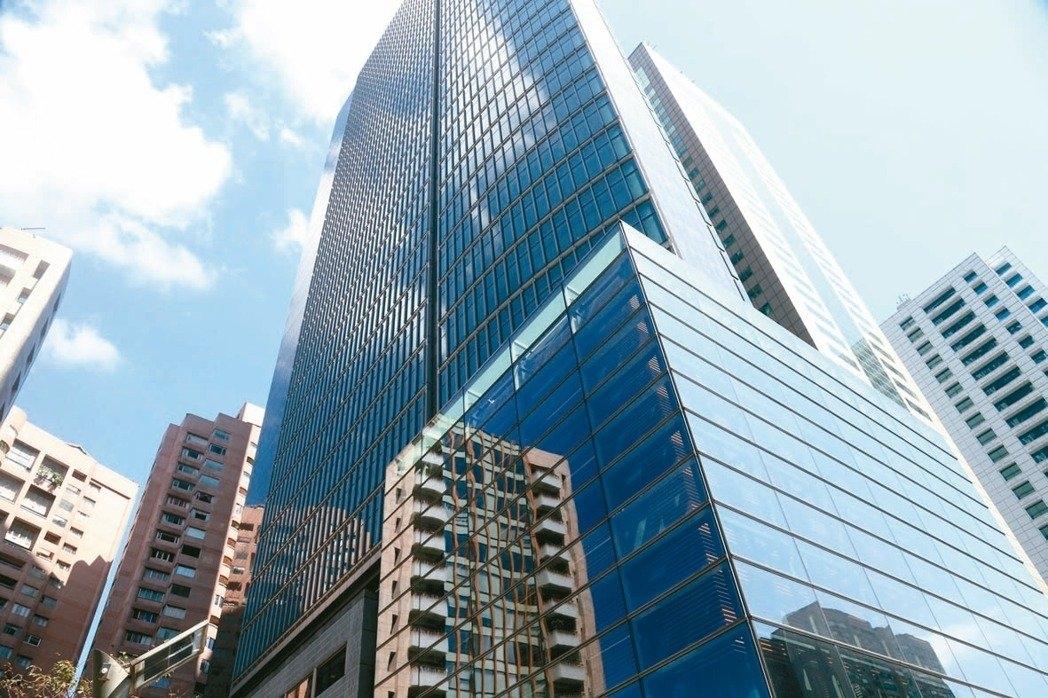 商用不動產交易已連續二年突破千億元,今年可望突破2011年1300億,再創歷史新高;圖為商辦大樓街景照。 聯合報系資料照片