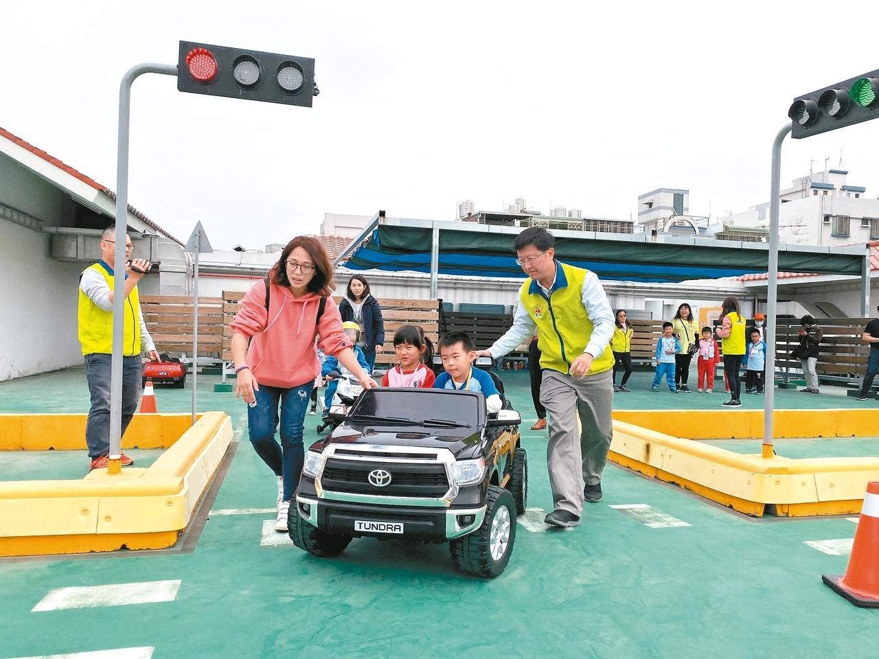 「大台南交通教育主題館」,本月16日起開放預約,孩童可以體驗道路模擬駕駛。 圖/記者鄭維真攝影