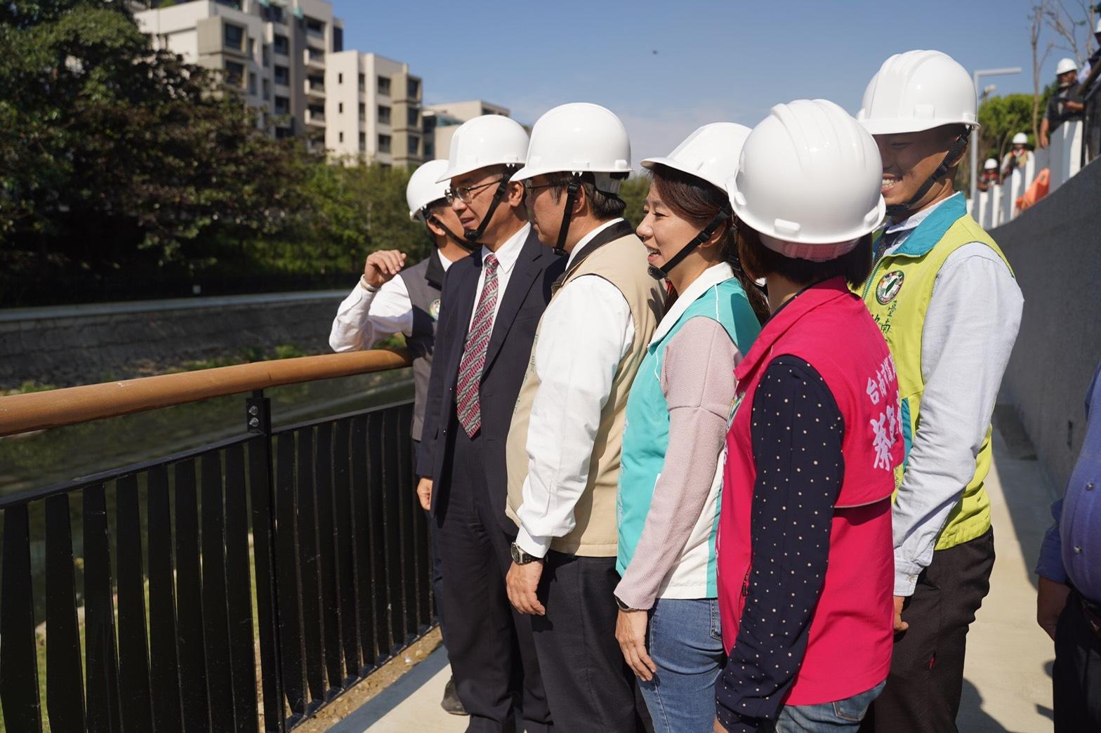 徐國勇部長到台南視察安平運河與竹溪環境改善情形。圖/內政部營建署提供