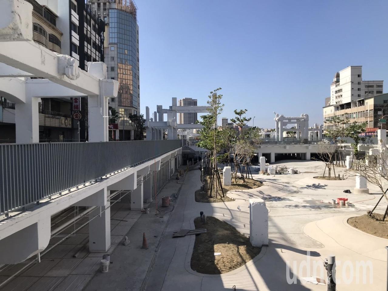 台南市中國城拆除後改建的廣場目前接近完工,將在農曆過年前開放。記者修瑞瑩/攝影