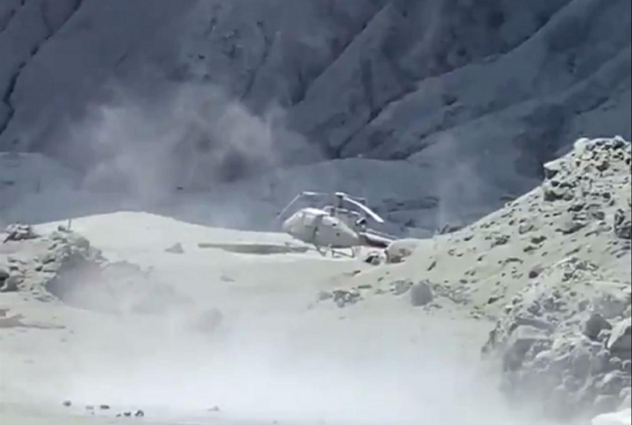 紐西蘭懷特島火山爆發至今兩天,一名到場參與救援的直升機飛行員形容,現在島上宛如車諾比核爆,舉目所見全被火山灰覆蓋。目前證實死亡人數已增加到6人,8名失蹤遊客也恐全數罹難。Twitter/@sch
