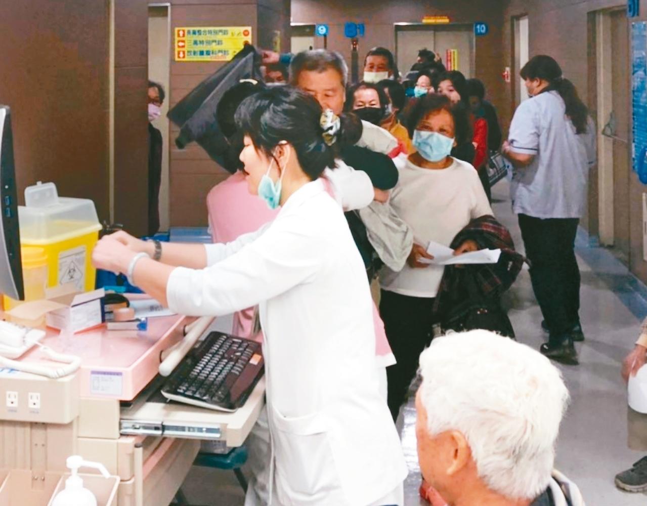 第二階段公費流感疫苗開打,長輩接種踴躍。 記者蔡容喬/攝影