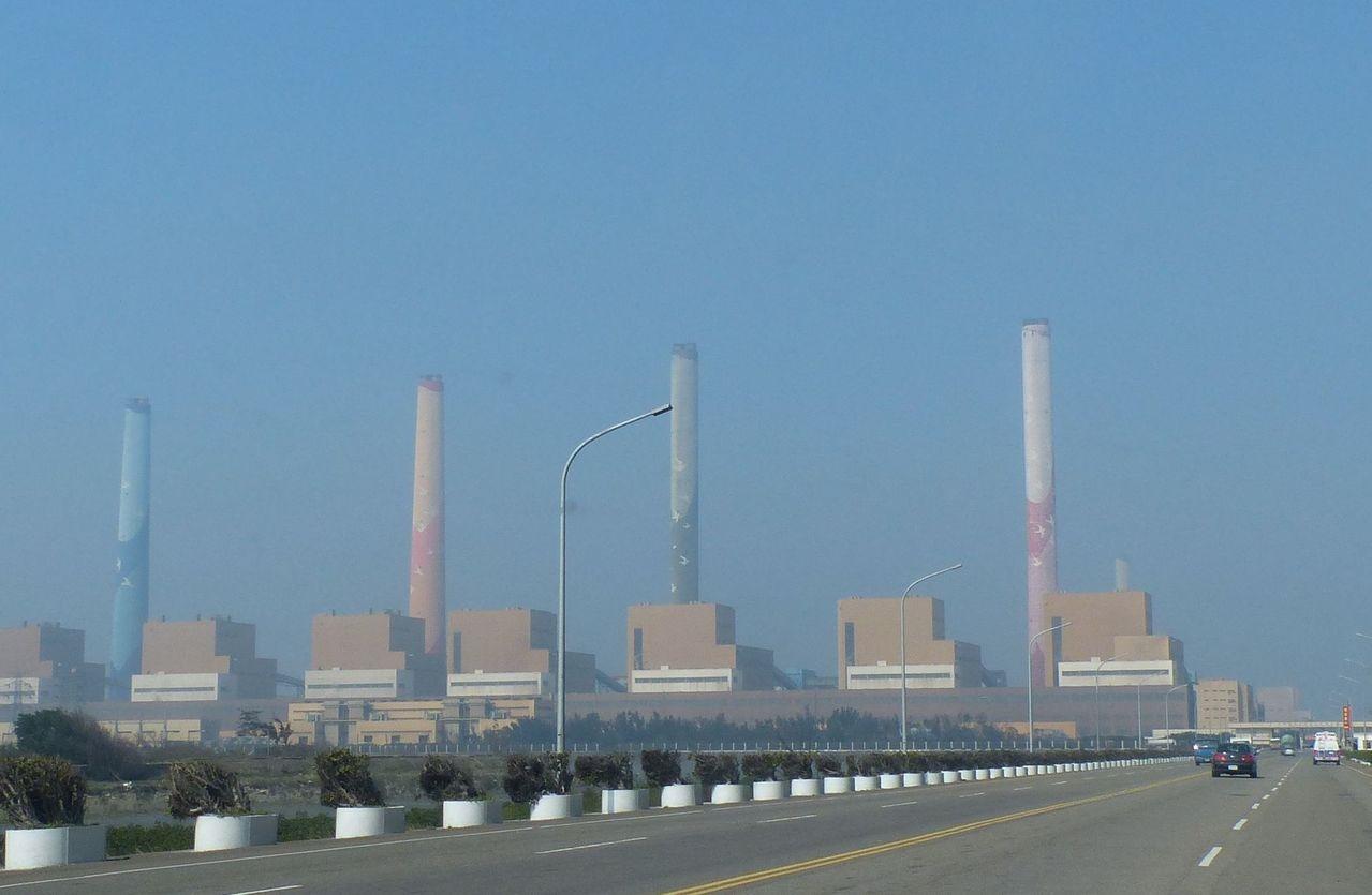 台中市政府依台中火力發電廠今年生煤用量已超過1,104萬噸,違反台中生煤管制自治條例,日前對台電開出300萬元罰單,今天再依中火仍繼續使用生煤,再罰600萬元。 報系資料照