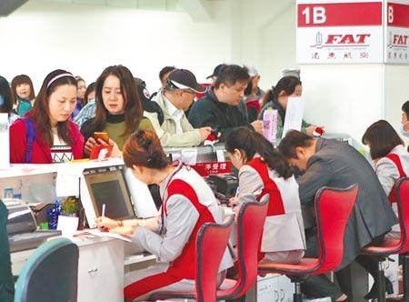 遠東航空無預警宣布停飛,台北松山機場的櫃前仍有許多民眾排隊辦理退票。圖/記者趙雙傑攝影