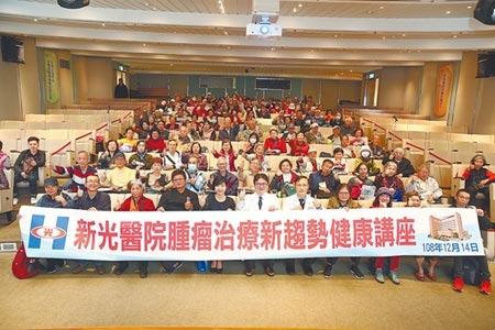 新光醫院引進第四代達文西機械手臂手術系統,昨日與中國時報合力舉辦講座,吸引許多民眾前來參與。圖/杜宜諳攝