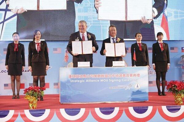 漢翔董事長胡開宏(右)17日與洛馬公司副總經理Randy Howard,共同簽署策略聯盟合作協議。圖/漢翔提供