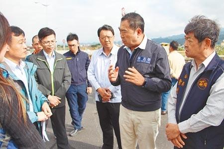 立委徐志榮(右二)19日辦理會勘,解決台72線伸縮縫換裝工程導致塞車問題。(何冠嫻攝)