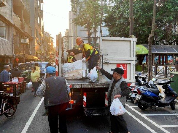 春節期間如欲確認垃圾車詳細抵達時間,可至「新北樂圾車」網站查詢。圖/新北市政府提供
