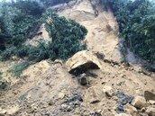 基隆連日雨八堵隧道上方大量土石崩落 山頭禿一大片