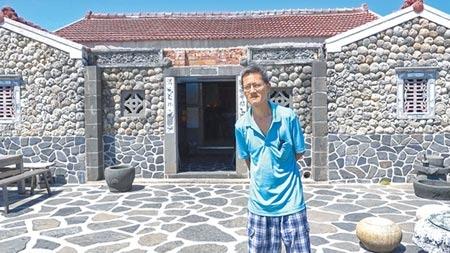 馮國權歷經11年改造的珊瑚屋「二馬家園」,外觀可見局部尚未施作痕跡,他堅持沒有適當建材,就寧可等待。(黃子明攝)