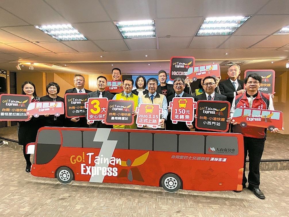 台南小港機場快線明年1月15日上路,單程70分鐘,票價150元,讓國際旅客省去帶行李轉車的不便。 記者鄭維真/攝影