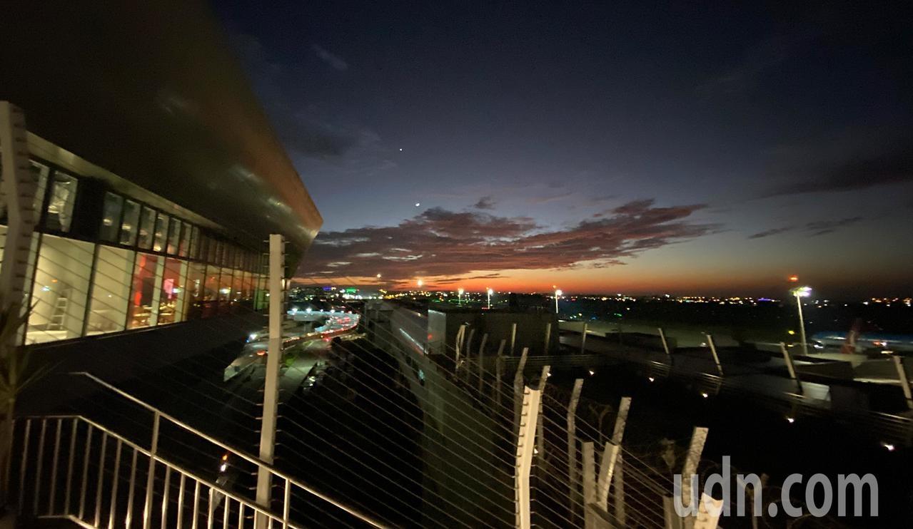 桃園機場北側觀景台上層今天開放,傍晚時候,民眾可以邊看晚霞邊拍飛機。記者鄭超文/攝影