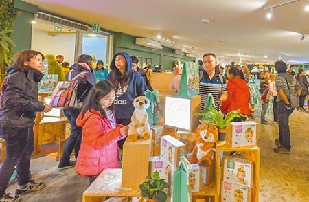 新竹市立動物園熱鬧開幕,園內紀念品店販售的開園限定一卡通、杯墊和動物徽章是3大熱銷商品。圖/記者羅浚濱攝影