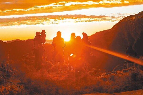 2020年元旦中南部雲量較少,較有機會看到第一道曙光。圖為合歡山看日出。(民眾提供)