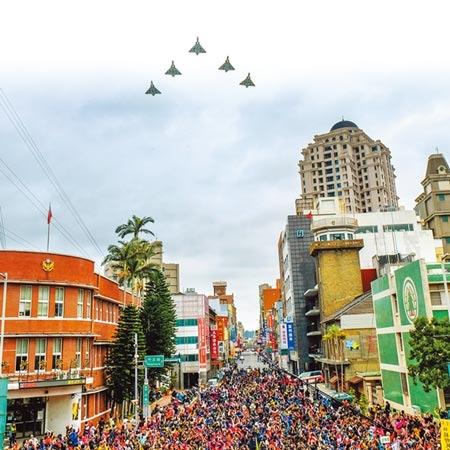 新竹市政府昨舉行元旦升旗典禮,新竹空軍基地出動5架幻象戰機,以大雁隊形震撼衝場。圖/記者羅浚濱攝影