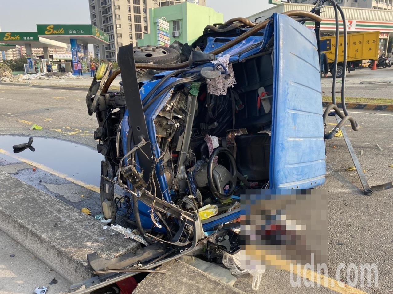 張姓聯結車駕駛不明原因撞擊一輛轎車與小貨車後衝下邊坡,張男四肢擦挫傷,小貨車內夫妻傷重不治。記者林佩均/攝影