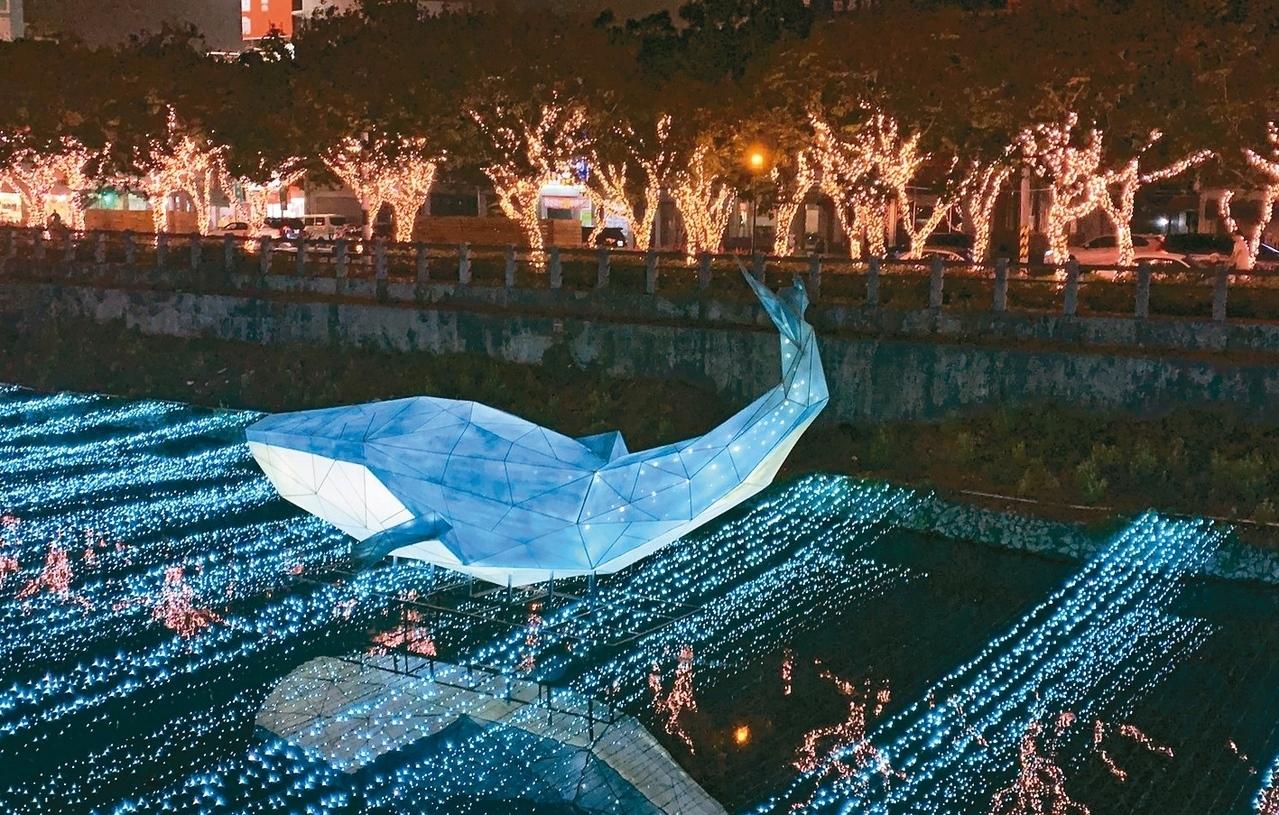 屏東綵燈節,今年推出「動物森林派對」,萬年溪畔猶如夜間動園。 記者翁禎霞/攝影