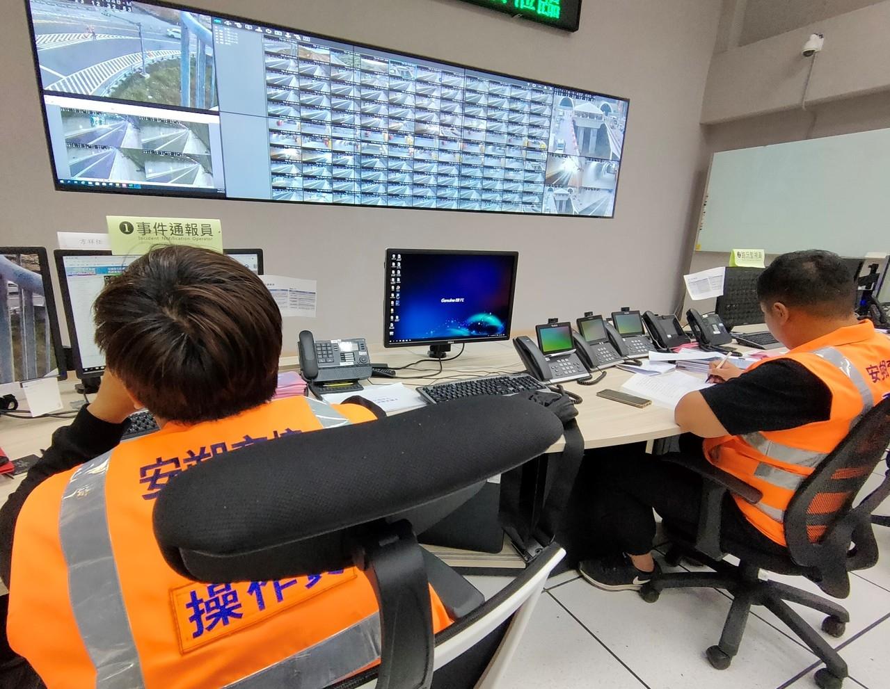 公路總局安朔交控中心內路況監視人員及事件報通報人員透過IID「事件反應偵測系統」能立即掌握南迴公路沿線道路狀況,確保用路人安全。記者羅紹平/攝影