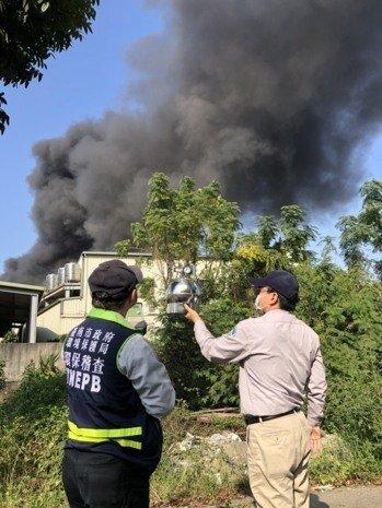 台南仁德工廠堆放大量廢棄輪胎與易燃物,火勢猛烈更冒出滾滾惡臭濃煙,環保局派員監控。圖/台南市環保局提供