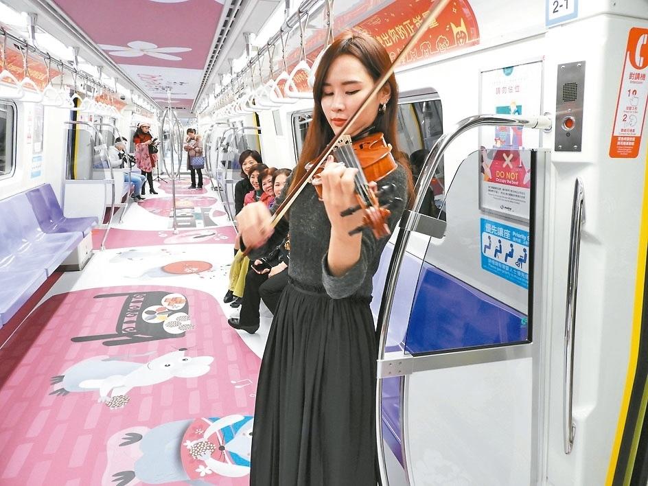 「2020桃園市客家季」桃捷推出「鼠年」彩繪列車,14日邀金曲音樂人劉劭希製作到站音樂。 圖/記者高宇震攝影