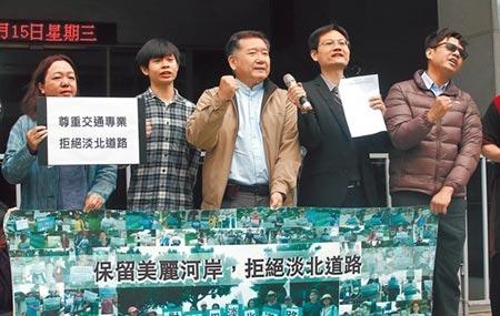 曾任台北市交通局長的濮大威(中)則表達反對興建立場。(陳信翰攝)